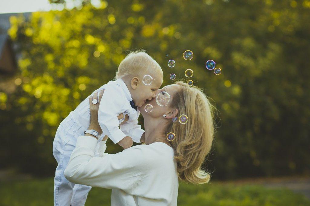 幸せそうな赤ちゃんとママ